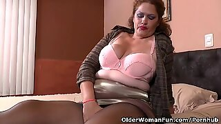 Latina milf Sandra needs relaxing after a rigid day's work
